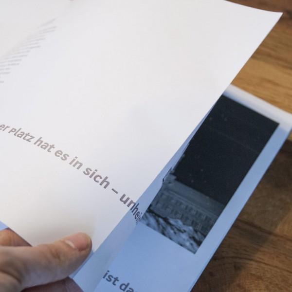 Dank der japanischen Bindung können die Zitate nahtlos von einer Doppelseite auf die nächste Doppelseite gezogen werden. So werden die Bilder mit ihren dazugehörigen Texten verknüpft bzw. umgekehrt.